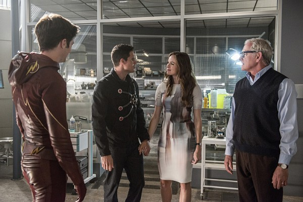 the-flash-season-2-panabaker-amell-600x401