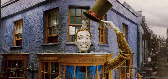Exterior_of_Weasleys_Wizards_Wheezes_shop